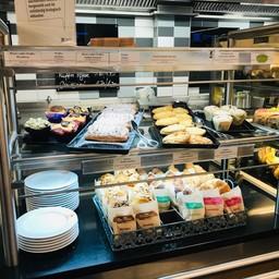 Unverpackte Brötchen und Kuchen im Studentenwerk