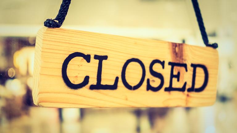 """Schild mit der Aufschrift """"Closed"""""""