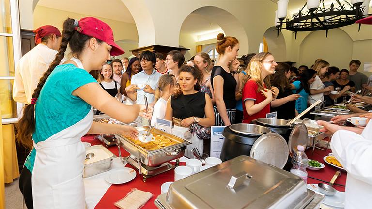 Internationale Studierende kochen in der Mensa