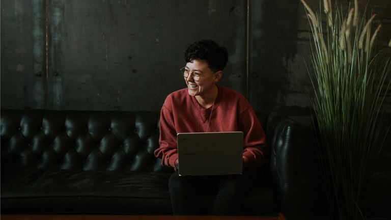 junge Frau sitzt am Laptop