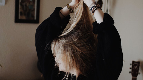 Junge Frau, Studentin, rauft sich die Haare.