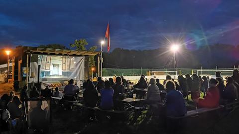 Freilicht-Kino im Dunkeln im Park