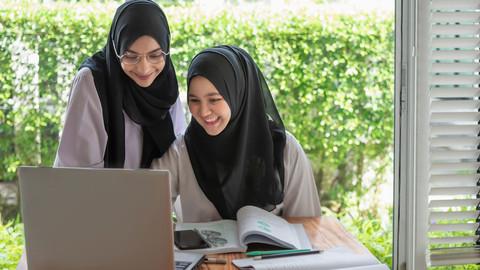 Zwei junge Frauen lernen am Laptop.