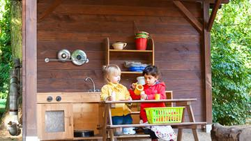 Kinder spielen im Garten der Kita Villa Unifratz Leipzig
