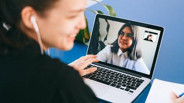 Studierende Lernen gemeinsam online über Laptop
