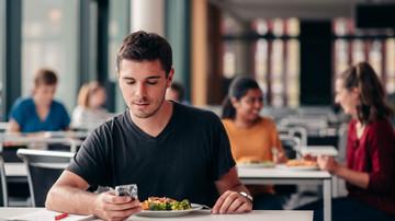 Studenten essen in der Mensa.