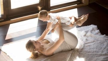 Frau mit Kleinkind beim Yoga. freepik.com by yanalya