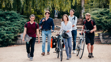 Studierende im Park. Studentenwerk Leipzig