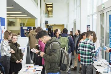 Interessierte Studierende informieren sich an Infoständen, HTWK Leipzig