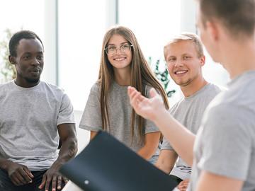 Eine Gruppe Studierende reden angeregt miteinander