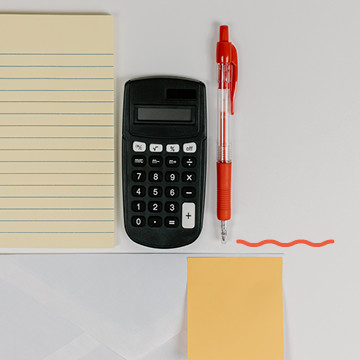Taschenrechner, Stift, Notizblock