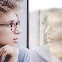 nachdenkender Mann der aus dem Fenster schaut